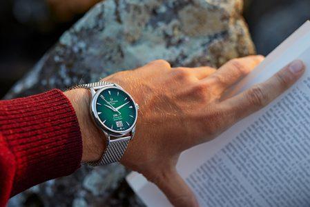 Zegarek jako dopełnienie stylizacji. Gdzie i jak go nosić?